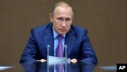Presiden Rusia Vladimir Putin berbicara di kota resor Sochi, Selasa (10/11).