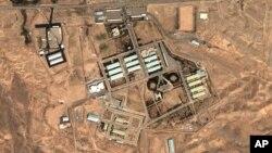 Ảnh vệ tinh do DigitalGlobe và Viện Khoa học và An ninh Quốc tế cho thấy địa điểm quân sự tại Parchin, 30 km (19 dặm) về phía đông nam Tehran.