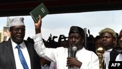Le Kenyan Raila Odinga prête serment sur la Bible, à Nairobi, le 30 janvier 2018.