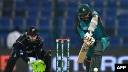 پاکستان اور نیوزی لینڈ کے درمیان ابوظہبی میں کھیلے گئے ون ڈے انٹرنیشنل میں بابراعظم وکٹ پر ہیں جب کہ وکٹ کے پیچھے نیوزی لینڈ کے وکٹ کپیر ٹام لیتھم کھڑے ہیں۔ 9 نومبر 2019