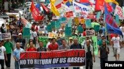 7月4日抗议者走过美国驻马尼拉大使馆