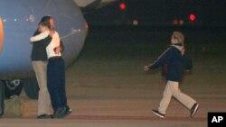 22일 새벽 북한에 5개월간 억류됐던 미국인 제프리 에드워드 파울 씨가 미국 오하이오주 데이톤의 공군기지에 도착해 가족들과 포웅하고 있다.