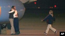 지난달 22일 새벽 북한에 5개월간 억류됐던 미국인 제프리 에드워드 파울 씨가 미국 오하이오주 데이톤의 공군기지에 도착해 가족들과 포옹하고 있다.