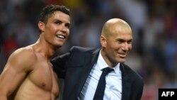 Cristiano Ronaldo et son entraîneur Zinedine Zidane, lors de la victoire du Real Madrid à la Ligue des champions de l'UEFA, le 28 mai 2017.