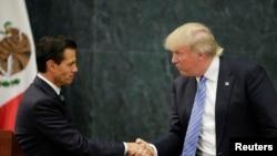 Presiden Meksiko Enrique Pena Nieto (kiri) menerima kunjungan Capres partai Republik Donald Trump, Rabu siang (31/8).