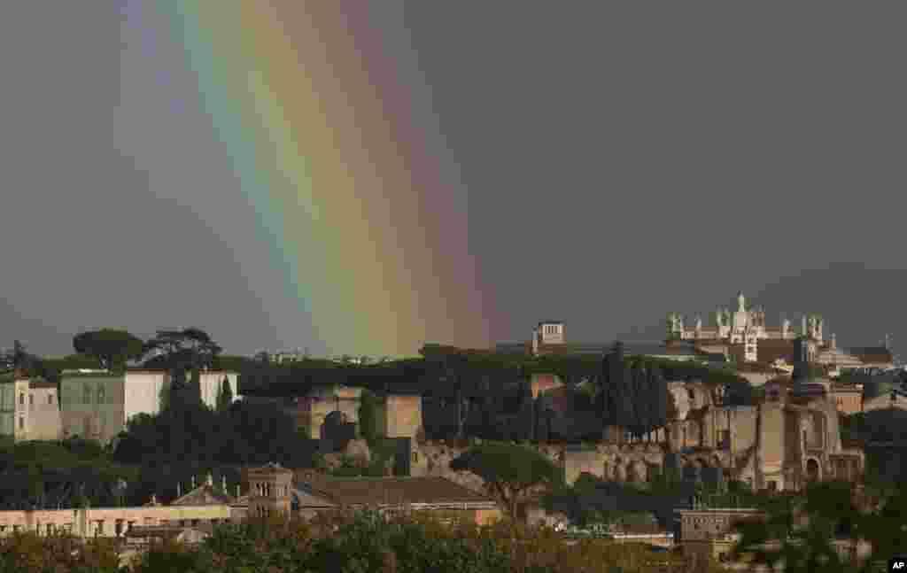 رنگین کمان برفراز شهر رم در ایتالیا.