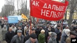 大批當年的清理人員抗議。