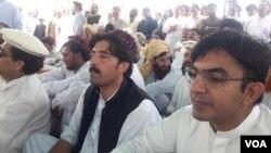 قبائلیوں کے دھرنے میں قبائلی علاقوں سے ارکانِ قومی اسمبلی محسن داوڑ اور علی وزیر نے بھی شرکت کی تھی۔