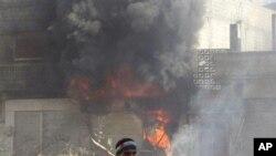 화염과 연기에 휩싸인 홈즈 시