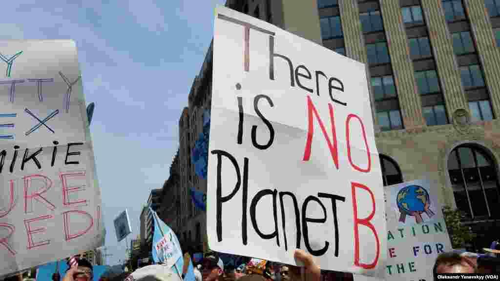 """Напись на плакате: «Планеты """"Б"""" не существует»"""