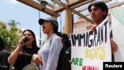 Las personas se manifiestan en contra de la terminación del programa de Acción Diferida para los Llegados en la Infancia (DACA, por sus siglas en inglés) fuera del Tribunal de Apelaciones del 9.º Circuito en Pasadena, California, EE. UU. Foto de archivo.