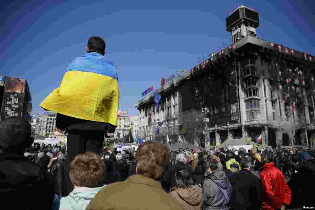​Ukrainians attend a religious service in Independence Square remembering the deaths of more than 100 pro-Europe protesters, Kyiv, March 30, 2014.