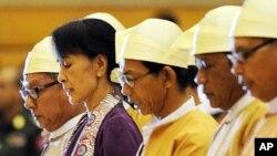 Lãnh đạo đối lập Miến Điện Aung San Suu Kyi ngồi chung với các đại biểu khác của Quốc hội trong một phiên họp ở Naypyidaw, ngày 2/5/2012