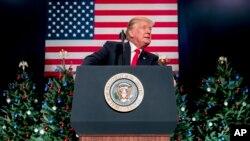 El presidente Donald Trump habla durante un mitin en el centro de convenciones de St. Charles, Missouri, el miércoles 29 de noviembre.