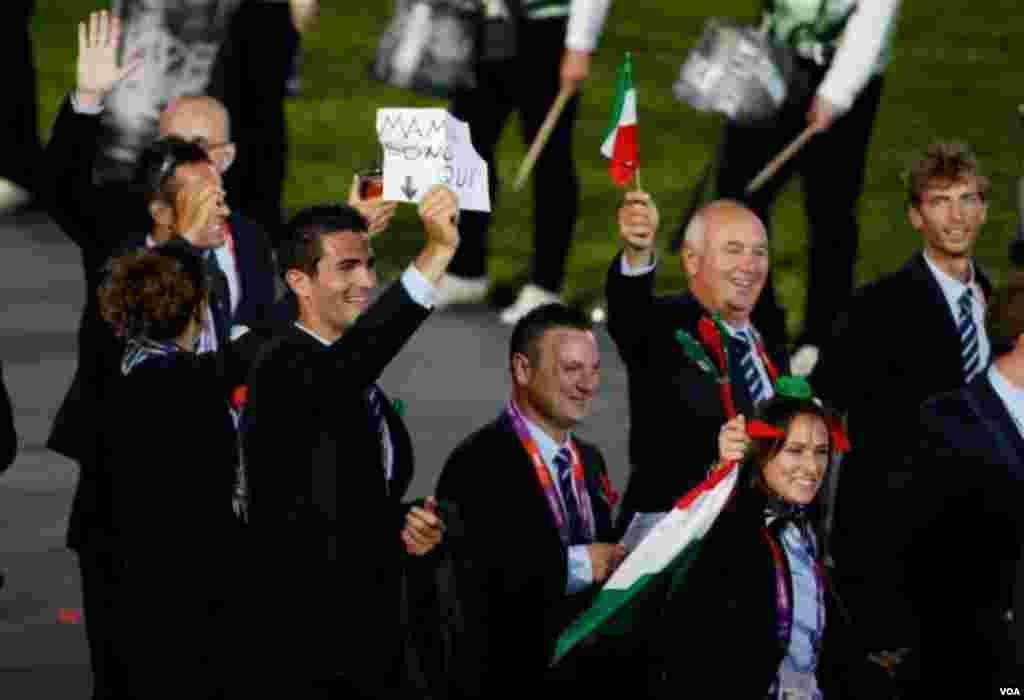 Italyanlar Olimpiya oyunlarının açılışnda moda ustası Corcio Armaninin dizayn etdiyi rəsmi formada çıxıblar