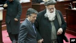عکس آرشیف - آقای قانونی با عبدالرب رسول سیاف، عضو دیگر پارلمان که اکنون کاندید ریاست جمهوری می باشد.