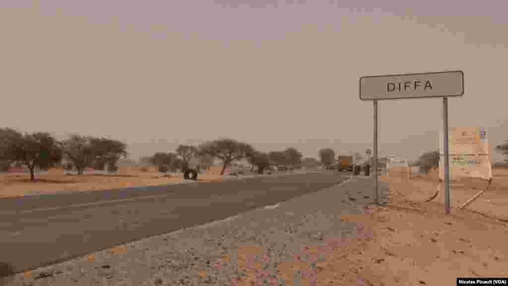 Entrée Est de la ville de Diffa, Niger, le 17 avril 2017 (VOA/Nicolas Pinault)