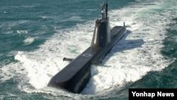 """한국 해군은 1일 """"214급(1천800t급) 잠수함 6번함의 함명을 '유관순함'으로 명명했다""""면서 """"해군 창설 70년 만에 여성의 이름을 함명으로 제정한 것은 이번이 처음""""이라고 밝혔다."""