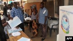 Des employés de la Commission électorale nationale indépendante à Conakry, Guinée, 4 février 2018.