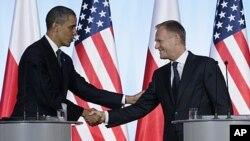 Barak Obama Polshada Bosh vazir Donald Tusk bilan ko'rishmoqda, Varshava, 28-may, 2011-yil.