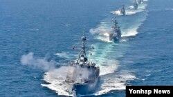 지난 6월 한반도 서해 중부해상에서 벌어진 한국 해군 해상기동훈련에서 이지스구축함 율곡이이함 등 6척의 전투함정이 서해 NLL을 침범한 가상 적 함정에 대하여 대함 일제 사격을 하고 있다. 맨앞부터 율곡이이함(DDG), 을지문덕함(DDH), 전남함(FF), 청주함(FF), 부천함(PCC), 공주함(PCC).
