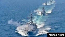 16일 한반도 서해 중부해상에서 벌어진 한국 해군 해상기동훈련에서 이지스구축함 율곡이이함 등 6척의 전투함정이 서해 NLL을 침범한 가상 적 함정에 대하여 대함 일제 사격을 하고 있다. 맨앞부터 율곡이이함(DDG), 을지문덕함(DDH), 전남함(FF), 청주함(FF), 부천함(PCC).