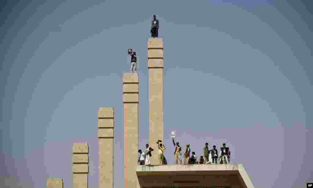 حامیان احمد علی عبدالله صالح، پسر رئیس جمهوری سابق یمن، علی عبدالله صالح، در طول تظاهراتی در صنعا خواستار برگزاری انتخابات جديدی برای ریاست جمهوری و انتخاب ویشدند.