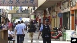 8月2日警察在喀什出事地点附近巡逻