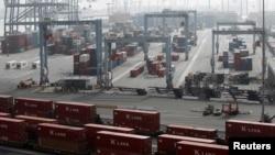 Suasana di terminal peti kemas di Long Beach, Kalifornia (Foto: dok). Dua sengketa perburuhan berpotensi mengancam pemulihan ekonomi Amerika, termasuk pemogokan pekerja di beberapa pelabuhan utama Amerika ini.