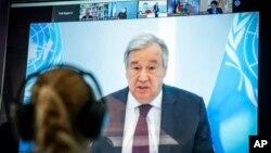 រូបលោក Antonio Guterres អគ្គលេខាធិការអង្គការសហប្រជាជាតិនៅលើអេក្រងនៅក្រសួងបរិស្ថានអាល្លឺម៉ង់ ក្នុងពេលលោកថ្លែងក្នុងវេទិកាអាកាសធាតុក្រុង Petersberg នៅប្រទេសអាល្លឺម៉ង កាលពីខែមេសា ២០២០។