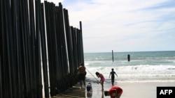 Amerika'da denize giren çocuklar. . Demir perdenin arkası Meksika