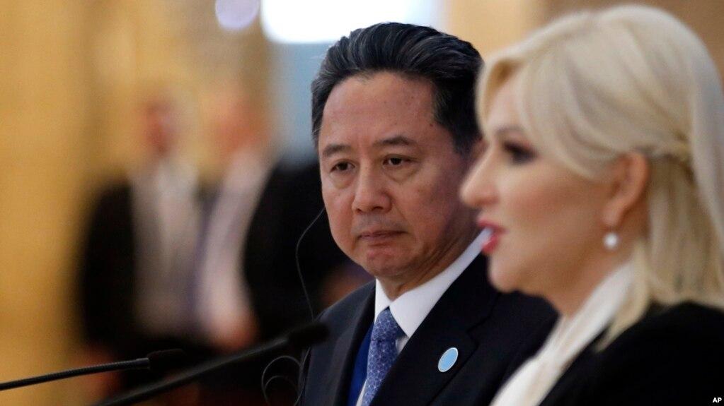 中国交通部长李小鹏在中国和16中东欧国家会议之后和塞尔维亚建设部长米哈伊洛维奇在记者会上。(2018年10月16日)(photo:VOA)