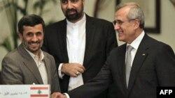 Presiden Lebanon Michel Suleiman (kanan) menerima kunjungan Presiden Iran Mahmoud Ahmadinejad di Beirut (foto: dok). Lebanon meminta penjelasan soal laporan penempatan tentara elit Iran di Lebanon.