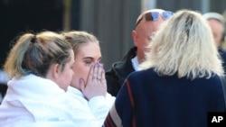 Para fans Ariana Grande meninggalkan hotel Park Inn di Manchester, Inggris (23/5). (AP Photo/Rui Vieira)