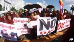 Para pendeta Budha menggelar aksi protes menentang kedatangan delegasi Organisasi Kerjasama Islam (OKI) di pusat kota Yangon (Rangoon), Burma (12/11).