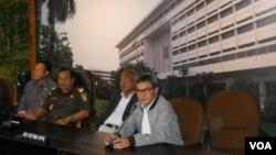 Pelaksana tugas pemimpin KPK Johan Budi memberikan keterangan di Kejaksaan Agung (17/3). (VOA/Andylala Waluyo)
