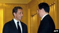 Tổng thống Pháp Nicolas Sarkozy (trái) và Chủ tịch Trung Quốc Hồ Cẩm Ðào