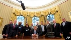 Donald Trump y el vicepresidente Mike Pence, posan con los líderes sindicales en la Oficina Oval en la Casa Blanca en Washington.