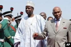 Le président sénégalais Abdoulaye Wade et le minsitre d'Etat niian aux Affaires étrangères, Aliyu Idi Hong, à l'aéroport d'Abuja