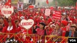 Kelompok anti-pemerintah Kaos Merah berdemonstrasi di Bangkok, Minggu (13/3).