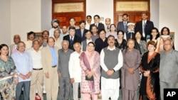 وزیراعظم گیلانی کا شرکا کے ساتھ گروپ فوٹو