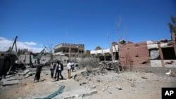 Raia wa Yemen wakiangalia uharibifu uliofanywa na shambulizi la anga la ushirika unaoongozwa na Saudi Arabia, huko Sanaa, Yemen.