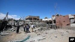 Người Yemen đang kiểm tra thiệt hại sau vụ không kích ở Sana'a, Yemen, do liên minh mà Ả Rập Xê-út dẫn đầu gây ra ngày 27/2/2016.
