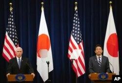 마에크 펜스 미국 부통령과 아베 신조 일본 총리가 13일 도쿄 총리관저에서 공동기자회견을 했다.