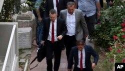 Endrju Branson (levo) stiže kući posle presude u Izmiru prema kojoj je oslobođen kućnog pritvora (Foto: AP/Emre Tazegul)