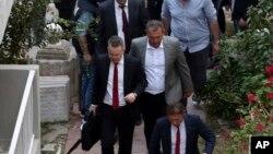 Mục sư Andrew Brunson (trái) về nhà sau khi được phóng thích vào ngày 12/10/2018.