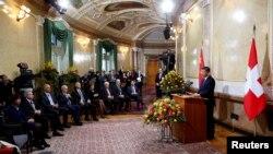 中国主席习近平在瑞士联邦议会讲话,瑞士总统多丽丝·洛伊特哈尔德(左一)在台下倾听(2017年1月15日)