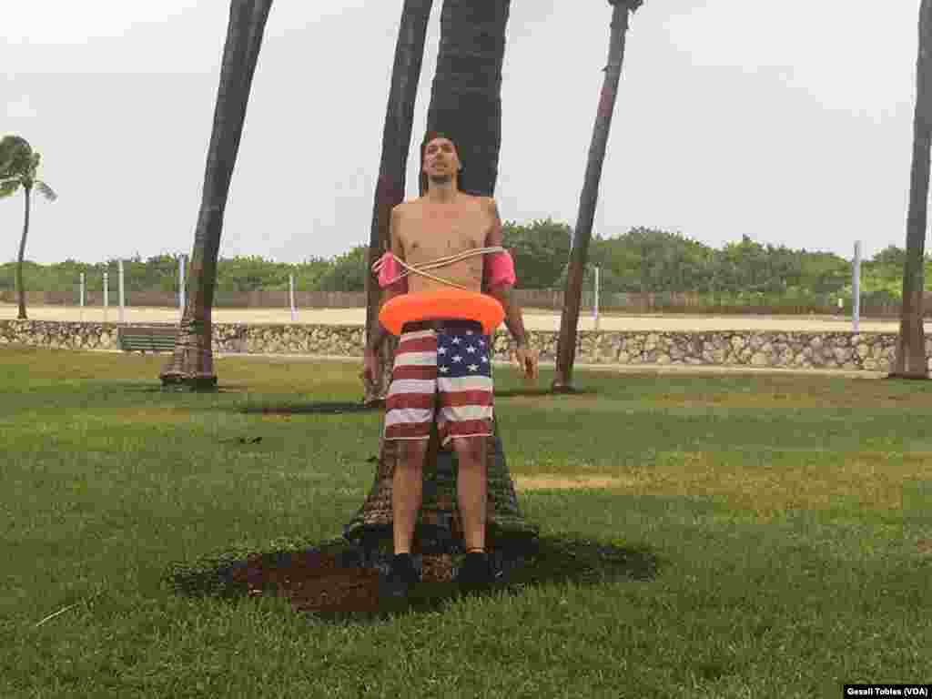 Algunos aprovechan para divertirse antes del paso del huracán Irma.
