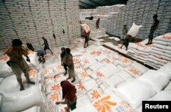 Gudang beras milik Perum Bulog di Jakarta, 13 Mei 2011. (Foto: Reuters)