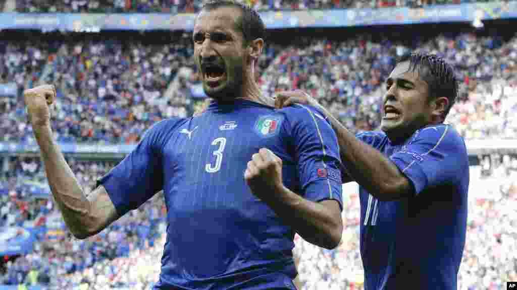 L'Italien Giorgio Chiellini, et Eder célèbrent après avoir marqué un premier but dans l'Euro 2016, le 27 juin, 2016.